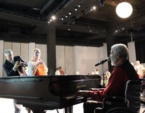 al-holland-performs-04